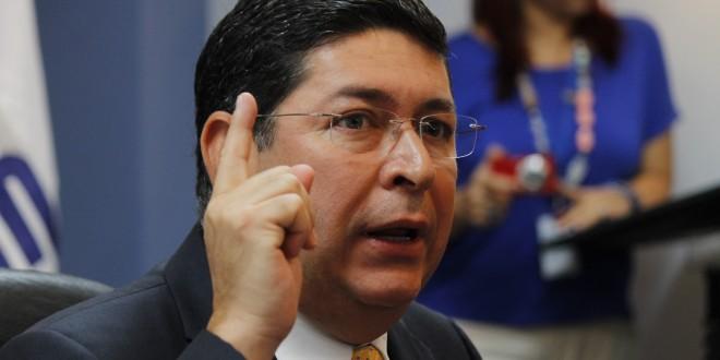 Araujo satisfecho de su voto por Sánchez Cerén