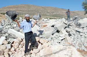 Un hombre palestino sostiene un altavoz dañado perteneciente a una mezquita después de ser demolida por maquinaria israelí en la villa Khirbet Al-Taweel cerca de la ciudad cisjordana de Naplusa. Fuerzas israelíes demolieron varias estructuras incluyendo una mezquita, en una villa palestina este martes. (Foto Diario Co Latino/Xinhua/Ayman Nobani)