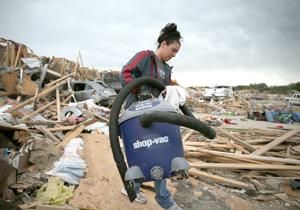Michelle McGee remueve sus pertenencias de su casa destruida por un tornado este martes en Vilonia Arkansas. Mississippi, Arkansas, Texas, Louisiana y Tennessee, están bajo vigilancia ya que se esperan múltiples tornados en los próximos días. (Foto Diario Co Latino/Mark Wilson/Getty Images/AFP)