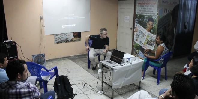 El periodista y documentalista estadounidense, Bill Gentile, comparte sus experiencias con periodistas de este rotativo. Fotos Diario Co Latino/ Rodrigo Sura
