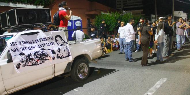 Miembros de organizaciones sociales protestaron frente a la casa de Francisco Flores, para que se les revoque el arresto domiciliar y sea encarcelado. Foto Diario Co Latino/ Guillermo Martínez
