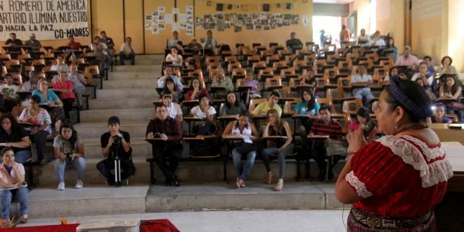 Rigoberta Menchú, Premio Nobel de la paz 1992, durante el coloquio centroamericano de justicia, realizado en la UES. Foto Diario Co Latino/Rodrigo Sura