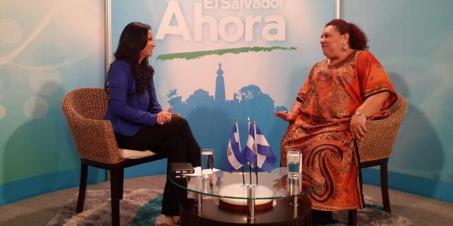 La periodista Vanessa Zelaya entrevista a Margarita Posada, coordinadora del Foro Nacional de la Salud. Foto Diario Co Latino.