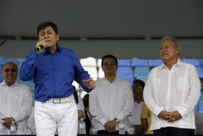"""El Presidente Salvador Sánchez Cerén, derecha, escucha al cantautor salvadoreño, quien vistió de camisa azul, pantalón y zapatos blancos, al momento de interpretar """"Patria Querida"""", luego del discurso del mandatario. Foto Diario Co Latino"""