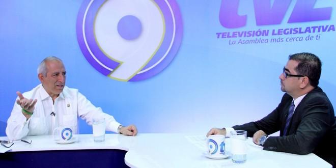 Sigfrido Reyes, Presidente de la Asamblea Legislativa, participa en la entrevista radial de la Asamblea Legislativa. Foto Diario Co Latino.