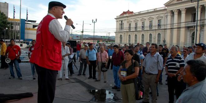 El diputado del FMLN, Damián Alegría, en la tribuna legislativa realizada en la Plaza Barrios. Foto Diario Co Latino / Josué Parada.
