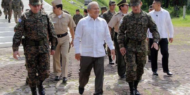 El Presidente de la República, Salvador Sánchez Cerén, en compañía del Ministro de la defensa David Munguía Paye, realizó una visita a la cuarta brigada de infantería en Chalatenango. Foto Diario Co Latino