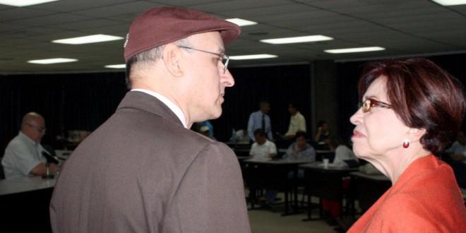 Nora Margarita Uribe, Embajadora de Venezuela, conversa con Damian Alegría, Diputado de FMLN, exponente de la cátedra en la Universidad de El Salvador. Foto Diario Co Latino / Jorge Rivera.