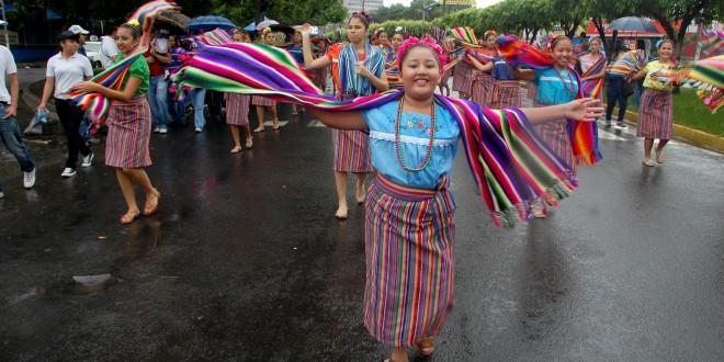 Alumnas del Instituto San Bartolo desfilan con trajes típicos durante fiesta cívica. Foto Diario Co Latino/Juan Carlos Villafranco.