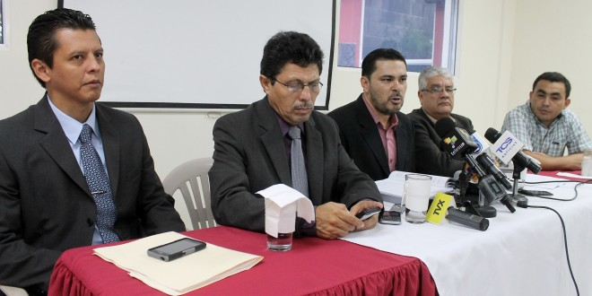 De izquierda a derecha Eduardo Escobar (ISD); Ramón Villalta (ISD); Oscar Campos (ISD); Abraham Abrego (FESPAD) y Leonel Herrera (ARPAS). Foto Diario Co Latino/Rosa Campos.