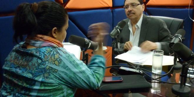 Medardo González, coordinador general del FMLN, durante la entrevista esta mañana, en Radio Mayavisión. Foto Diario Co Latino/Juan Carlos Villafranco