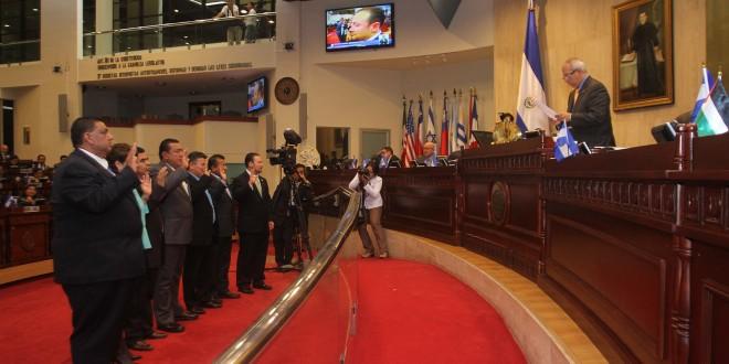 Sigfrido Reyes, presidente de la Asamblea Legislativa, juramenta a la comisión especial de antejuicio contra el diputado suplente Wilver Rivera Monge. Foto Diario Co Latino.