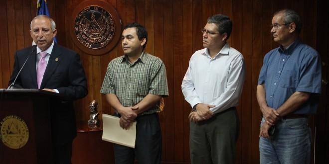 Presidente de la Asamblea Legislativa, Sigfrido Reyes, acompañado por Leonel Herrera, director ejecutivo de ARPAS; José Luis Benítez, de APES, y Raúl Durán. Foto Diario Co Latino/Rodrigo Sura.