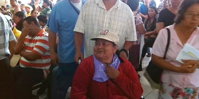 María Herlinda Zelaya gasta 40 dólares para llegar al hospital Rosales y pasar su consulta con el neumólogo, por lo que resiente la falta de atención por la huelga del nosocomio. Foto Diario Co Latino/Gloria Silvia Orellana