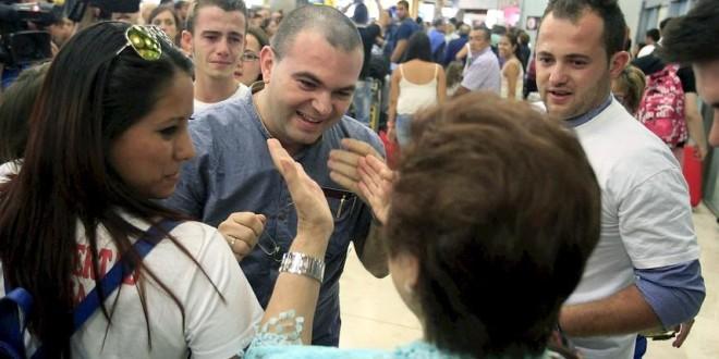 El Padre Antonio Rodríguez es recibido en el aeropuerto a su llegada a España, por familiares y amigos. Foto Diario Co Latino