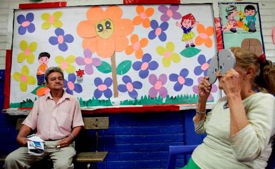 Raúl Antonio Villa y doña María Margarita de Villa reciben atención médica en el área de optometría. Foto Diario Co Latino/ Cortesía.