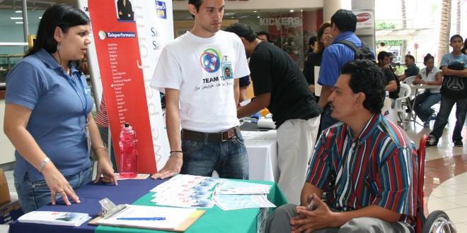 Una persona con discapacidad busca trabajo en una feria de empleo. Foto Diario Co Latino/Archivo