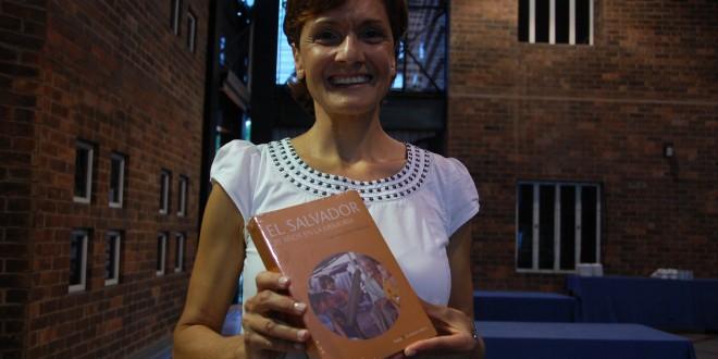 Clara María Hermida presenta el libro El Salvador 20 años en la memoria. Foto Diario Co Latino/Juan Carlos Villafranco.