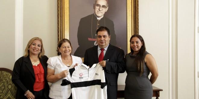 La Primera Dama de la República de El Salvador, Margarita Villalta de Sánchez (segunda de izquierda a derecha) junto a los miembros de Olimpiadas Especiales. Foto Diario Co Latino.