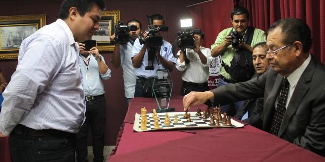 Mauricio Loucel, Rector Vitalicio de la UTEC, juega una partida de ajedrez con Carlos Burgos, Maestro Internacional en este deporte durante la simultánea de ajedrez llevada a cabo en esta casa de estudios ayer tarde. Foto Diario Co Latino/ Guillermo Martínez.