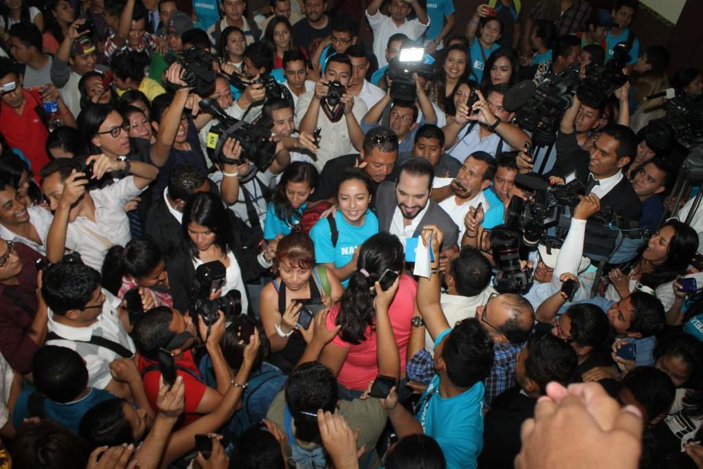 Nayib Bukele, candidato a la alcaldía de San Salvador por el FMLN, durante el foro en el que conversó con estudiantes de la Universidad Tecnológica. Foto Diario Co Latino/Guillermo Martinez.