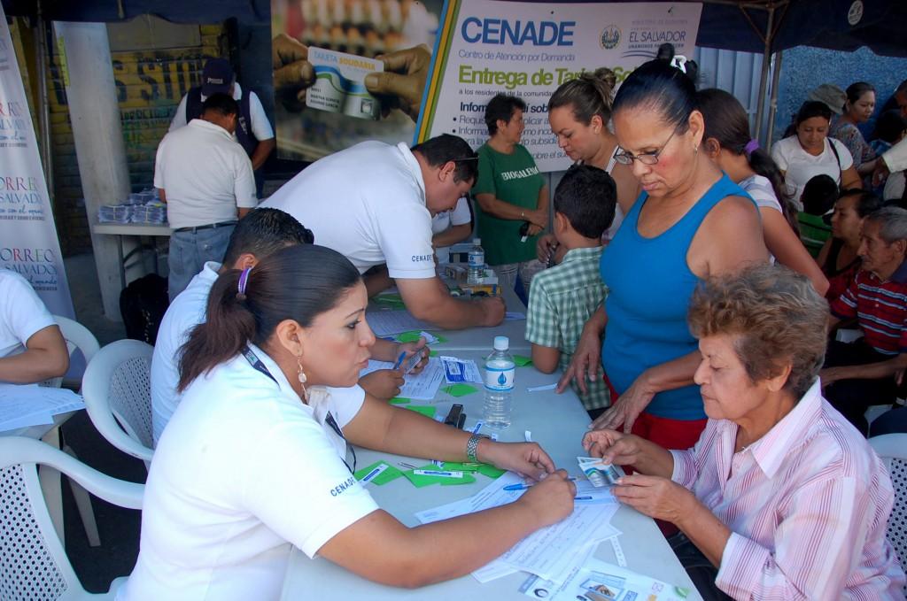 Los habitantes de Cuscatancingo pudieron adquirir la tarjeta solidaria en el Festival para el Buen Vivir realizado por el gobierno este día. Foto Diario Co Latino / Josué Parada