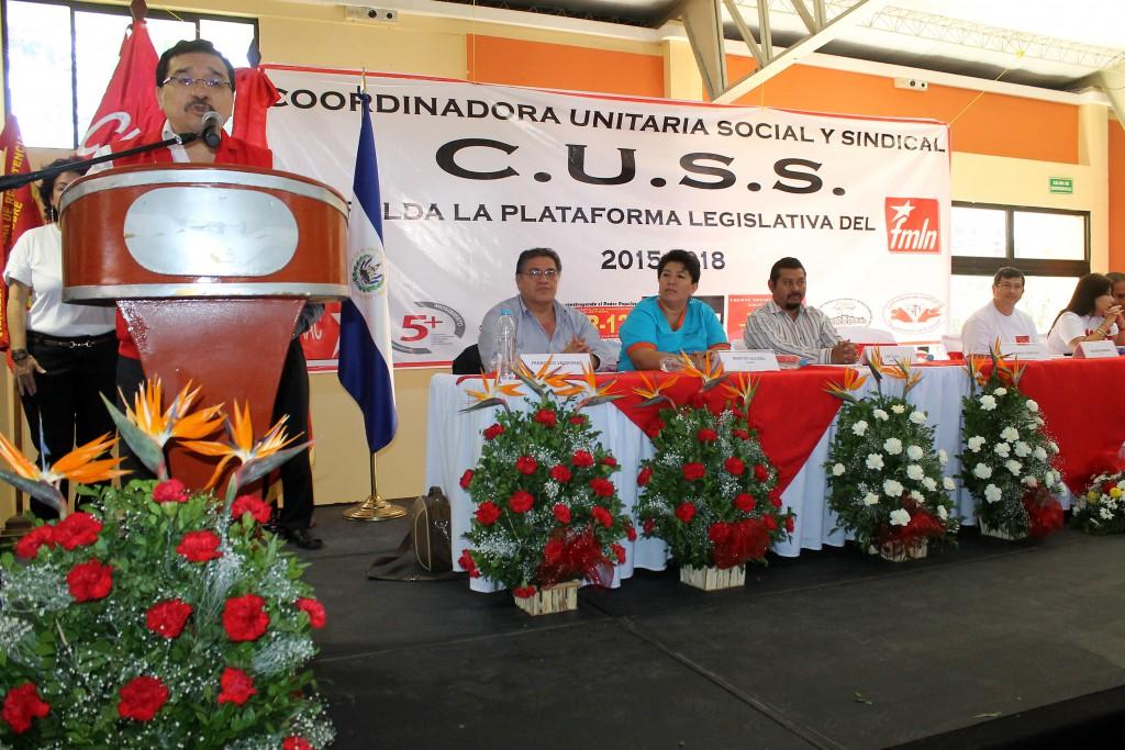 Medardo González, secretario general del FMLN ofrece su discurso a los sindicatos que conforman la Coordinadora Unitaria Social Sindical (CUSS), quienes respaldan la Plataforma Legislativa del FMLN, le acompañan los representantes de los diferentes sindicatos. Foto Diario Co Latino/Rosa Campos.