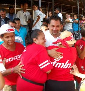Carlos Molina, candidato a alcalde para su reelección por el puerto de La Libertad, luego de emitir el sufragio es recibido con aplausos y consignas, por simpatizantes de partido FMLN.  Foto Diario Co Latino / Ricardo Chicas Segura