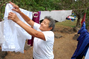 Ana Julia Flores colabora tendiendo la ropa recién lavada de Jesús Nazareno, en Chalchuapa. Foto Diario Co Latino / Josué Parada.