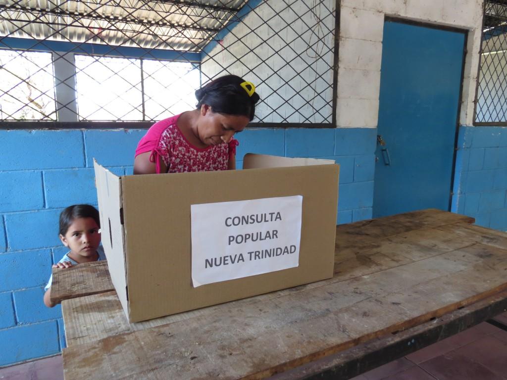 Rosalina López, habitante del cantón Zacamil de Nueva Trinidad, ejerciendo su derecho al voto. Foto Diario Co Latino/Cortesía UNES.