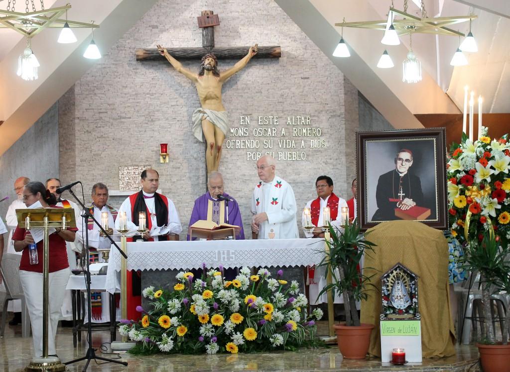 Monseñor Ricardo Urioste, celebra la misa junto a otros sacerdotes de la conmemoración del XXXV aniversario del martirio de Monseñor Oscar Arnulfo Romero, en la capilla del Hospital Divina Providencia.  Foto Diario Co Latino/Rosa Campos