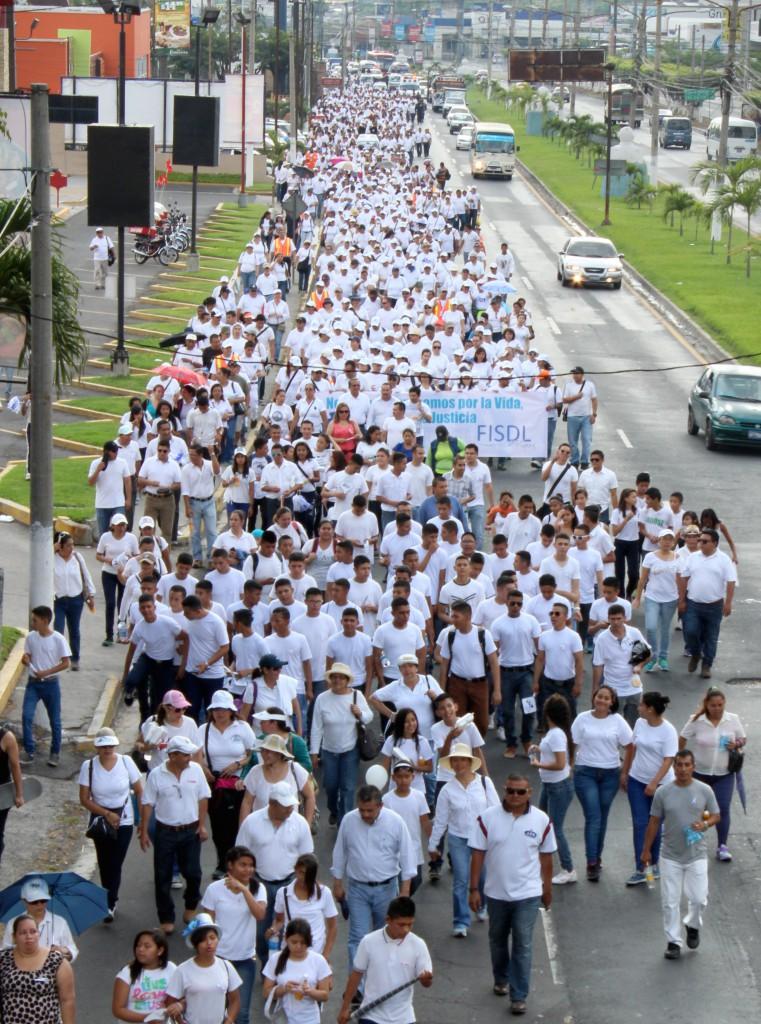 Miles de personas salen de la basílica de la virgen de Guadalupe, al occidente de San Salvador. Foto Diario Co Latino / Josué Parada