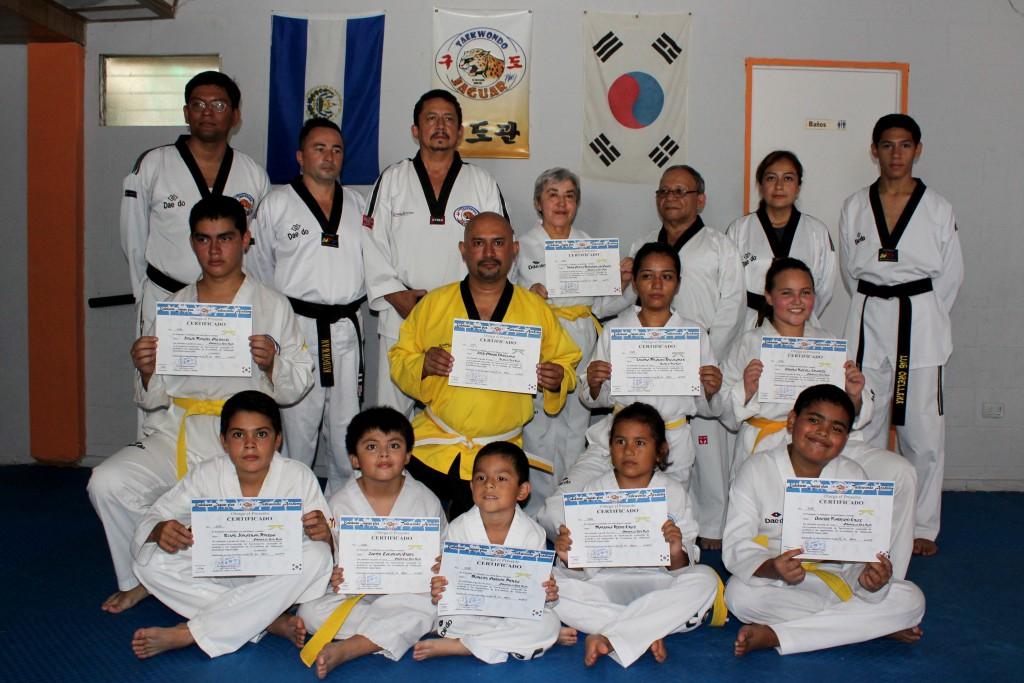 Alumnos del Gimnasio Jaguar de Taekwondo reciben el cambio de cinta luego de aprobar el examen general. Foto Diario Co Latino / Josué Parada.