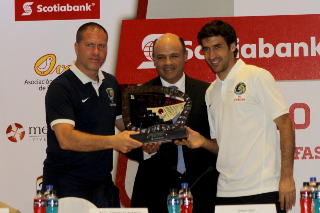 Raúl González, jugador del New York Cosmos y el entrenador Giovanni Savaresse reciben un reconocimiento de Sergio Cruz, presidente de Scotiabank El Salvador. Foto Diario Co Latino / Jorge Rivera.