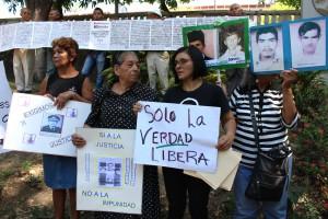 Víctimas y familiares piden justicia ante la presencia de Vides Casanova para que se castiguen las graves violaciones a los derechos humanos. Foto Diario Co Latino/Juan Carlos Villafranco.