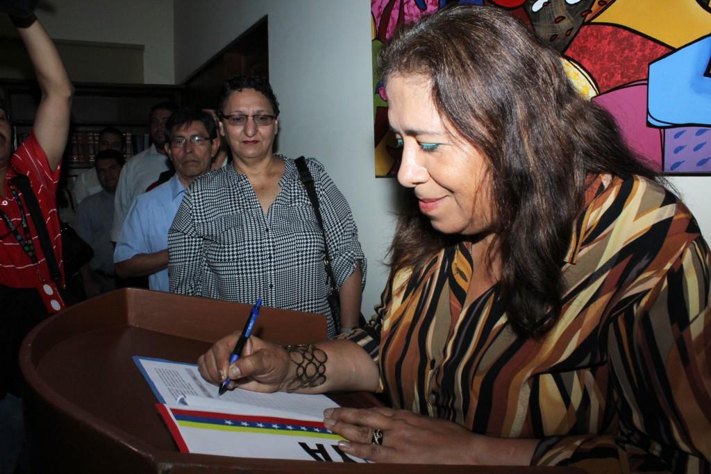Nidia Diaz, junto a otros diputados y alcaldes del FMLN, firma una petición para que EE.UU. derogue el decreto que declara al pueblo venezolano como ¨amenaza a la seguridad nacional¨ de este país.  Foto Diario Co Latino/ Guillermo Martínez