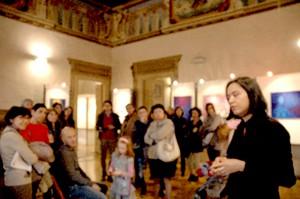 La artista en una de las visitas guiadas explicando sus obras.