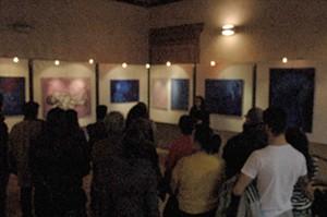 """Los cuadros de fondo son de la serie """"Dialogos y viaje interior"""" realizados después de migrar a Italia."""