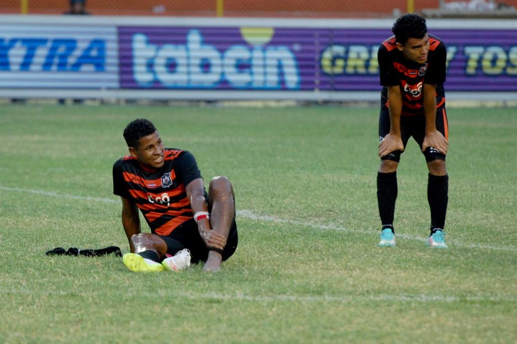 Los jugadores de Águila terminaron lamentando las oportunidades perdidas en el encuentro ante la UES. Foto Diario Co Latino/ Josué Parada.