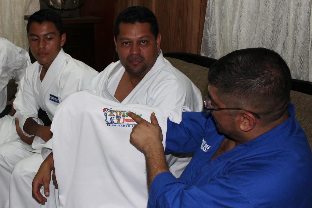 Oswald Mata, Presidente de la Confederación Centroamericana de Karate, muestra la camisa alusiva al torneo de Karate senior junior, a realizarse en el país. Foto Diario Co Latino/Wilfredo Lara.
