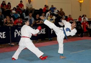 Katherine Aldana de Guatemala se defiende ante los ataques de la salvadoreña Karen Linares, quien ganó el primer lugar de Kumite y Kata. Foto Diario Co Latino/ Ricardo Chicas Segura.