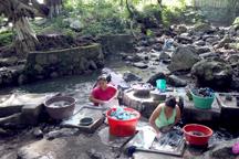 Lavanderas en una vertiente del Río San Antonio.