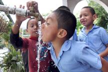 Niños beben agua obtenida de los mantos acuíferos de Nejapa, en el Centro Escolar del Cantón San Jerónimo los Planes, Najepa.