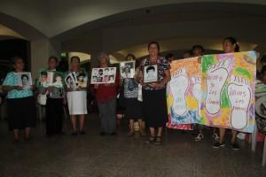 Madres de hijos desaparecidos durante el conflicto armado asisten a la misa en la cripta de catedral metropolitana. Foto Diario Co Latino / Ricardo Chicas Segura