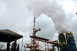 El pozo CHI-6A, inaugurado ayer en Chinameca, funciona a una temperatura entre los 240 y 260 grados centígrados. Foto Diario Co Latino / Josué Parada