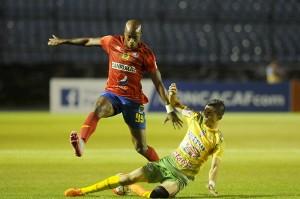 El jugador Johnny Woodly, de Municipal, fue un dolor de cabeza para la defensa de Santa Tecla.  Foto Diario Co Latino/ Orlando Chile/Nuestro Diario
