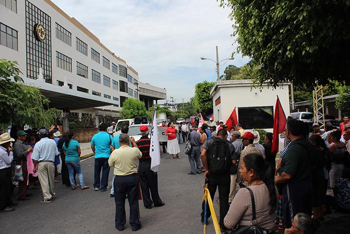 CONPHAS exige a magistrados de la Sala de lo Constitucional resolución sobre 900 millones en bonos. Foto Diario Co Latino/ Guillermo Martínez