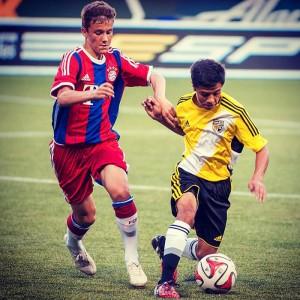 El salvadoreño-estadounidense Christian Molina (amarillo) durante una competencia internacional ante el equipo juvenil del Bayern de Múnich. Foto Diario Co Latino/ Cortesía.