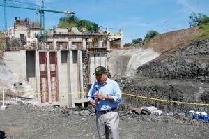 El presidente de Grupo CEL David López explicó a los periodistas los avances del proceso de ampliación de la Central Hidroeléctrica 5 de Noviembre. Foto Diario Co Latino / Josué Parada