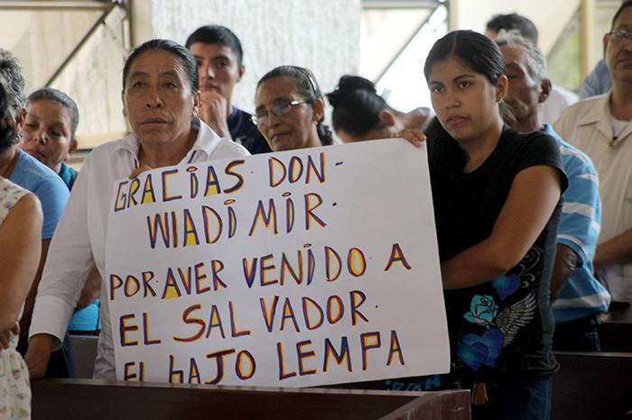 Amigos y personas que conocieron a Wladimir Ruíz Tirado, asisten a la misa oficiada en su memoria luego de su fallecimiento en Venezuela. Foto Diario Co Latino/ Rodrigo Sura